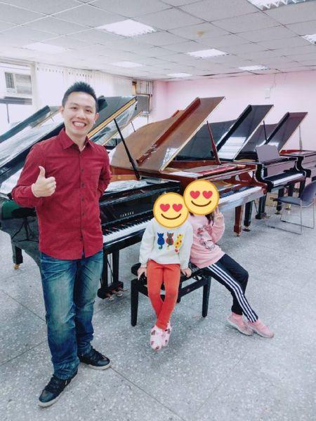 """感謝顧客和老師們的支持及公司給予的資源,讓小弟四天內可以賣10台中古鋼琴,站在巨人的肩膀""""KHS功學社""""上工作真棒!"""